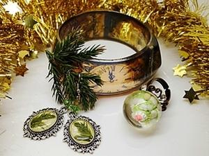 """Прозрачный браслет """"Новогодний"""" и серьги-елочки из эпоксидной смолы.. Ярмарка Мастеров - ручная работа, handmade."""