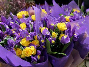 Букеты из Ирисов с дополнительными цветами на 8 марта. 700-1000 руб. Ярмарка Мастеров - ручная работа, handmade.