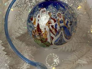 Коллекционный елочный шар  «В гостях у Деда Мороза». Ярмарка Мастеров - ручная работа, handmade.