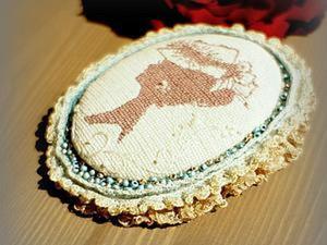 Текстильная брошь-камея в технике микровышивки. Ярмарка Мастеров - ручная работа, handmade.