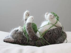 Самые милые котики из всех милых котиков: эти вязаные лапки и круглые животики пощекочат твое сердечко. Ярмарка Мастеров - ручная работа, handmade.