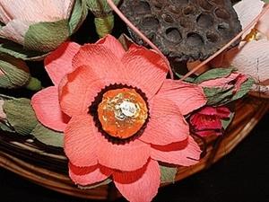 Лотос из флористической гофрированной бумаги и конфеты. Ярмарка Мастеров - ручная работа, handmade.