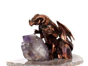 Хранитель Магического Кристалла — миниатюра с драконом и кристаллом аметиста. Ярмарка Мастеров - ручная работа, handmade.