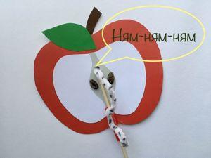 Аппликация — яблоко с движущийся гусеницей. Ярмарка Мастеров - ручная работа, handmade.