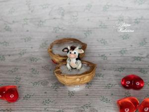 Миниатюрный бычок в ореховой скорлупке. Ярмарка Мастеров - ручная работа, handmade.