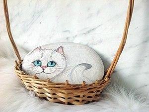 """Белые """"кошки-мышки"""": расписываем камушек и косточку авокадо. Ярмарка Мастеров - ручная работа, handmade."""