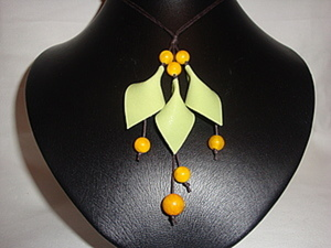 Немножко кожи, несколько бусин и весеннее украшение готово. Ярмарка Мастеров - ручная работа, handmade.