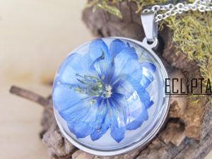 ВИДЕО. Кулон-полусфера 30 мм с синей нигеллой из эпоксидной смолы. Ярмарка Мастеров - ручная работа, handmade.