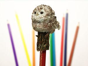 Делаем игрушку  на карандаш «Совёнок» из полимерной глины и шерстяной нити. Ярмарка Мастеров - ручная работа, handmade.