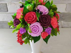 Букет с розами, гвоздиками и красной смородиной. Ярмарка Мастеров - ручная работа, handmade.