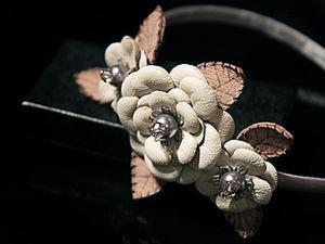 Ободок для волос с кожаными цветами ручной работы. Ярмарка Мастеров - ручная работа, handmade.