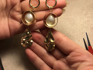 Creating Earrings of Pearls and Crumpled Gold. Livemaster - handmade