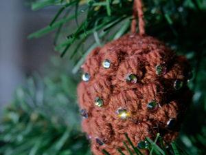 Вяжем елочную игрушку «Сосновая шишка». Ярмарка Мастеров - ручная работа, handmade.