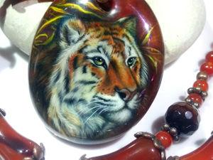 Тигрица – кулон с лаковой миниатюрной росписью на натуральном сердолике. Ярмарка Мастеров - ручная работа, handmade.