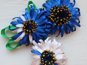 Создаем брошь «Голубые герберы» из атласных лент. Ярмарка Мастеров - ручная работа, handmade.