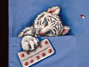 Роспись медицинской рубашки  «Тигр в кармане». Ярмарка Мастеров - ручная работа, handmade.