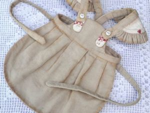 Шьем аккуратный фартучек для куклы. Ярмарка Мастеров - ручная работа, handmade.