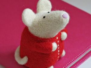 Уютная мышка в пижамке в технике сухое валяние. Ярмарка Мастеров - ручная работа, handmade.