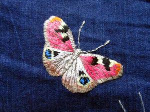 Видео мастер-класс: вышиваем гладью нашивку на джинсы «Бабочка павлиний глаз». Ярмарка Мастеров - ручная работа, handmade.