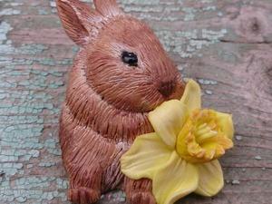 Брошь «Пасхальный кролик с нарциссом». Ярмарка Мастеров - ручная работа, handmade.