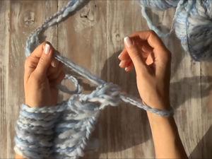Вяжем шарф без спиц и крючка. Вязание на запястьях. Ярмарка Мастеров - ручная работа, handmade.