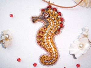 """Вышиваем подвеску """"Hippocampus aureus"""", или Друг для Октопуса. Ярмарка Мастеров - ручная работа, handmade."""
