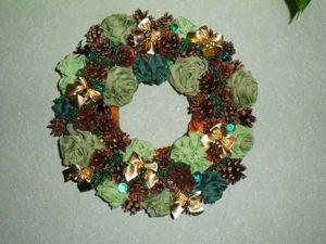 Мастерим рождественский венок из роз и сосновых шишек. Ярмарка Мастеров - ручная работа, handmade.