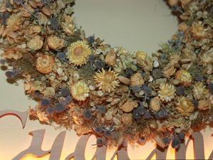 Гармония луговых трав и садовых цветов в декоративном венке. Ярмарка Мастеров - ручная работа, handmade.