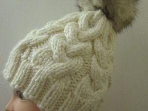 Шапочка вязаная косами с меховым помпоном. Ярмарка Мастеров - ручная работа, handmade.