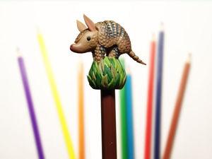 Как усадить броненосца на карандаш? Видео мастер-класс по лепке из полимерной глины. Ярмарка Мастеров - ручная работа, handmade.