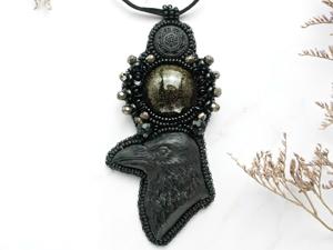 Ворона. Кулон ручной работы из бисера с кристаллами. Ярмарка Мастеров - ручная работа, handmade.