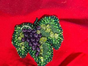 Как сделать брошь «Виноград» из бисера и камней. Ярмарка Мастеров - ручная работа, handmade.