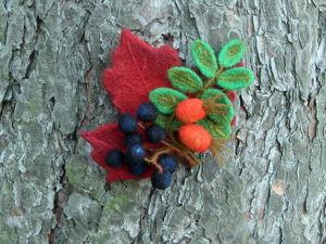 Валяем брошь «Осенний букет» с ягодами рябины и шиповника. Ярмарка Мастеров - ручная работа, handmade.