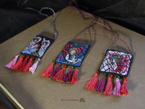 Вышитые кулоны с секретом по мотивам витражей прерафаэлитов. Ярмарка Мастеров - ручная работа, handmade.