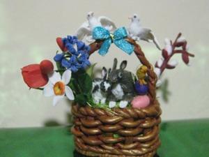 Миниатюрный сувенир «Пасхальные кролики в корзине с цветами». Ярмарка Мастеров - ручная работа, handmade.