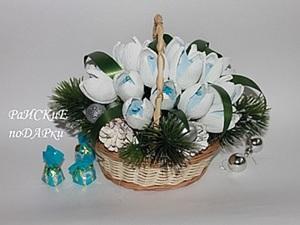 Новогодняя корзинка с подснежниками и конфетами. Ярмарка Мастеров - ручная работа, handmade.