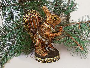 Белочка под ёлкой в новогоднем костюме. Ярмарка Мастеров - ручная работа, handmade.