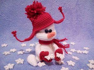 Вяжем крошку-снеговичка в шапочке и варежках. Ярмарка Мастеров - ручная работа, handmade.