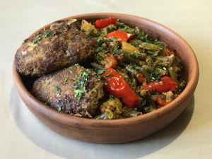 Котлеты жареные из рубленной говядины по-кавказски с гарниром из овощей. Ярмарка Мастеров - ручная работа, handmade.