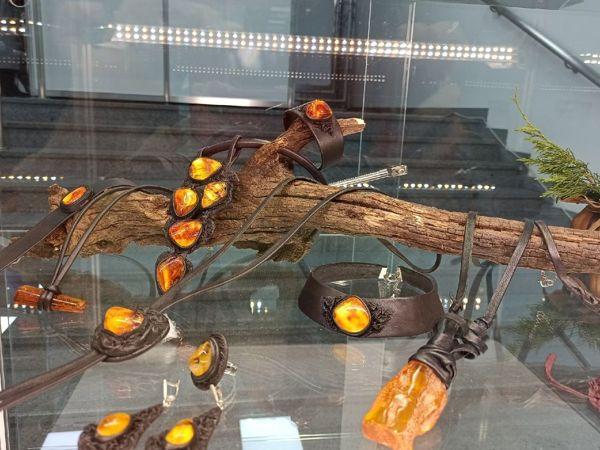 Янтарь в оправе из кожи —  «Солнце в ладонях» | Ярмарка Мастеров - ручная работа, handmade