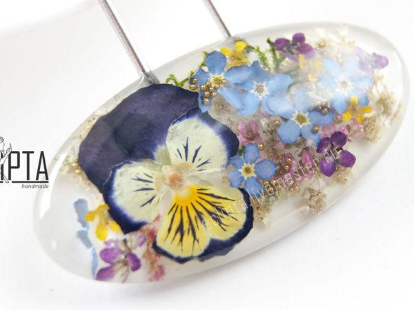 ВИДЕО. Bloomy. Цветочный кулон 47х23 мм с виолой и незабудками из смолы | Ярмарка Мастеров - ручная работа, handmade