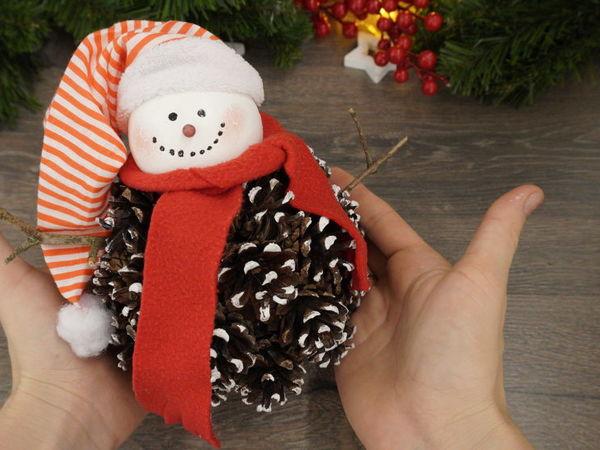 Делаем снеговика из шишек. Новогодний декор   Ярмарка Мастеров - ручная работа, handmade