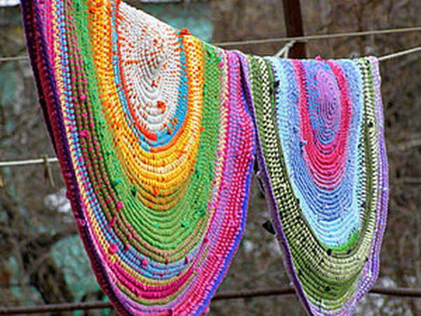 вязаный коврик из футболок и остатков пряжи яркий и необычный