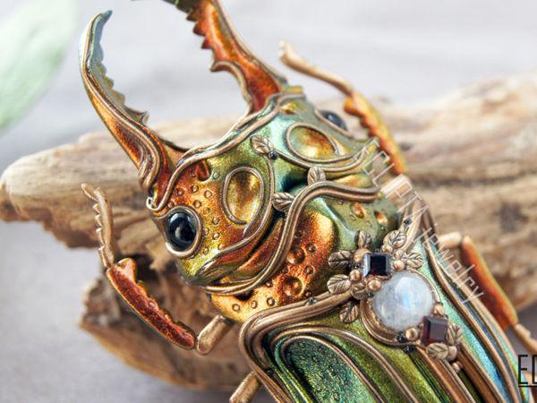 ВИДЕО. Брошь-кулон жук рогач металлик с переливами цвета из полимерной глины. Макро   Ярмарка Мастеров - ручная работа, handmade