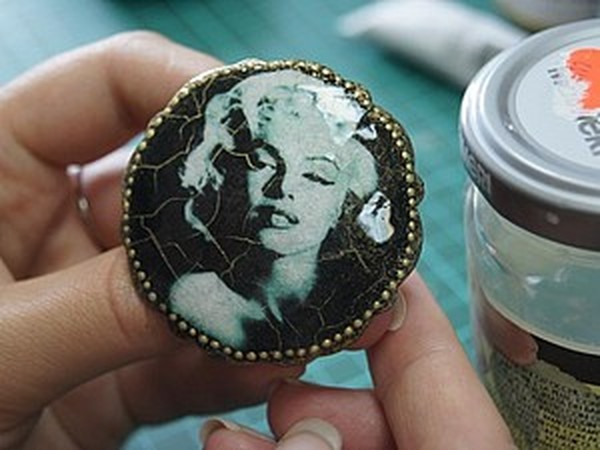 Процесс создания элегантной броши в технике декупаж   Ярмарка Мастеров - ручная работа, handmade