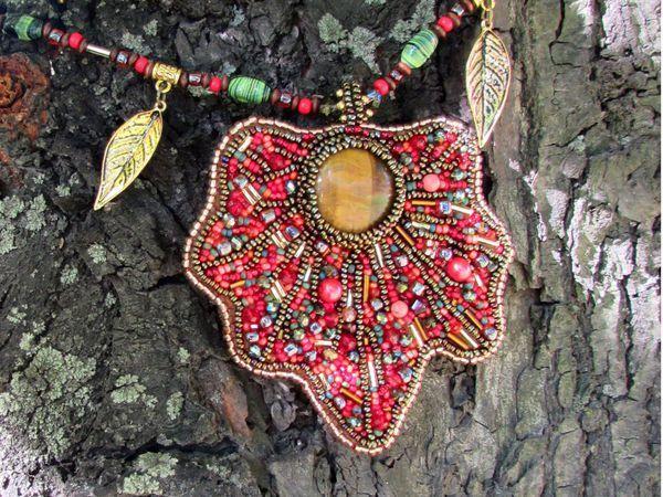 Кулон «Кленовый лист» из бисера и натуральных камней   Ярмарка Мастеров - ручная работа, handmade