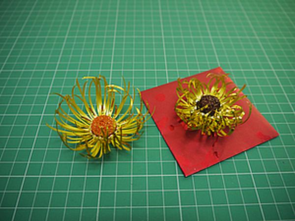 Мастерим новогодние украшения из доступных материалов. Цветы их упаковочных лент | Ярмарка Мастеров - ручная работа, handmade