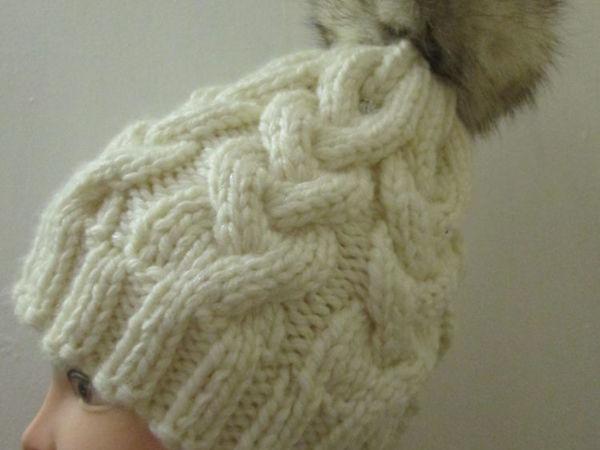Шапочка вязаная косами с меховым помпоном   Ярмарка Мастеров - ручная работа, handmade