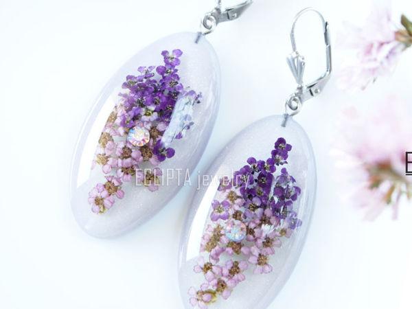 ВИДЕО. Серьги овальные 4,3х2,3 см с фиолетовыми цветами из эпоксидной смолы   Ярмарка Мастеров - ручная работа, handmade