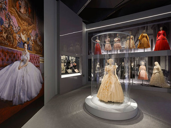 Dior Declares his Love for England: Christian Dior Retrospective Exhibition Opened in London | Livemaster - handmade